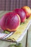 Drei reife Pfirsiche auf dem Tisch Stockfoto