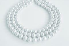 Drei Reihen der Halskette der echten Perle auf Weiß Stockfoto