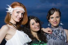 Drei Retro- Freundinnen am Abend Lizenzfreies Stockfoto