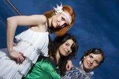 Drei Retro- Freundinnen am Abend Lizenzfreies Stockbild