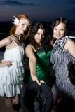 Drei Retro- Freundinnen am Abend Lizenzfreie Stockfotografie