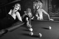 Drei Retro- Mädchen, die Pool spielen lizenzfreies stockbild