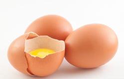 Drei rohe Eier mit Eigelb auf einem weißen Hintergrund Stockfoto