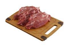 Drei rohe Steaks auf Bambusausschnittvorstand Lizenzfreies Stockbild