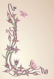 Drei rosa Blumen und Schmetterlinge auf einem blassen - rosa Hintergrund Stockfoto