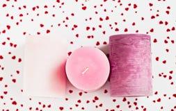 Drei rosa Kerzen auf einem roten herzigen Hintergrund lizenzfreies stockbild