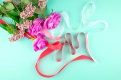 Drei rosa Rosen auf einem grünen Hintergrund Kopieren Sie Platz stockfotos