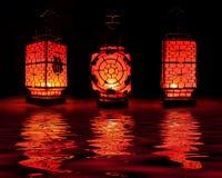 Drei rote chinesische Laternen auf schwarzem Hintergrund Stockfotografie