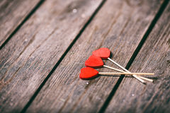 Drei rote Herzen formen auf Stock über hölzernem Hintergrund Rote Rose und Inneres über Weiß Selektiver Fokus Lizenzfreies Stockbild