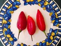 Drei rote Jalapenopfeffer, glühender Paprikapfeffer Lokalisierte Lebensmittelinhaltsstoffe lizenzfreie stockbilder