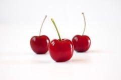 Drei rote Kirschen Lizenzfreies Stockfoto