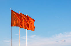 Drei rote leere Flaggen, die in den Wind wellenartig bewegen Lizenzfreies Stockfoto