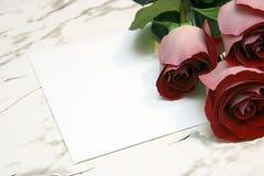 Drei rote Rosen und Anmerkung Lizenzfreie Stockfotografie