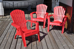 Drei rote Stühle Stockfotos