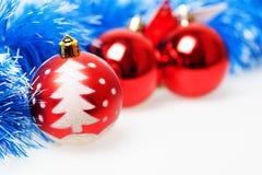 Drei rote Weihnachtsbälle Stockfotos