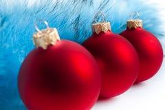 Drei rote Weihnachtsbaumkugeln Lizenzfreies Stockbild