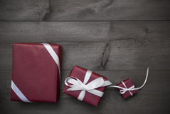 Drei rote Weihnachtsgeschenke, Geschenke, Band, Gray Background Lizenzfreie Stockfotos