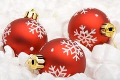 Drei rote Weihnachtskugeln Stockfotografie