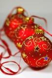Drei rote Weihnachtskugeln lizenzfreies stockbild