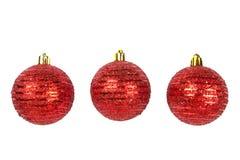 Drei rote Weihnachtskugeln auf Weiß Stockfoto