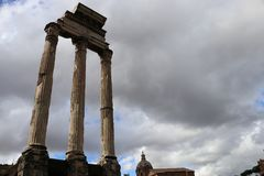 Drei Säulen des Tempels der Gießmaschine und des Pollux in Roman Forum Stockfotos