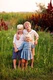 Drei süße kleine Bauernhof-Kinder, die für Porträt im Land-Garten aufwerfen stockfotografie