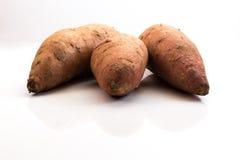 Drei Süßkartoffeln lokalisiert Lizenzfreie Stockfotografie