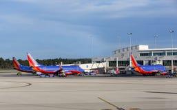 Drei Südwest-Flugzeuge A320 geparkt an einem internationalen Flughafen Südwest-Floridas (R Lizenzfreie Stockfotos