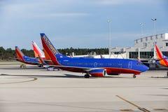 Drei Südwest-Flugzeuge A320 geparkt an einem internationalen Flughafen Südwest-Floridas (R Stockfotografie