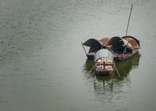 Drei sampans auf dem roten Fluss. Lizenzfreie Stockfotografie