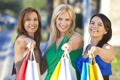 Drei schöne Frauen mit Art- und Weiseeinkaufen-Beuteln Stockbild