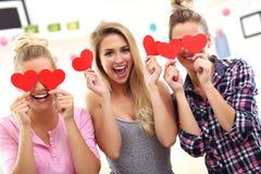 Drei schöne junge Frauen, die zu Hause kühlen stockfoto
