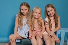 Drei schöne Kleider der kleinen Mädchen arbeiten Porträtschwestern um lizenzfreie stockbilder