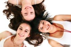 Drei schöne Mädchen auf dem Fußboden Stockfotografie