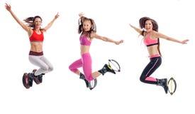 Drei schöne Mädchen, die mit kangoo Schuhen springen und trainieren, Lizenzfreie Stockfotografie