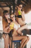 Drei schöne Mädchen in einer Bar auf dem Strand Lizenzfreie Stockfotografie