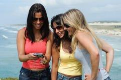 Drei Schönheiten, die selfie auf dem Strand nehmen stockbilder