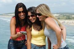Drei Schönheiten, die selfie auf dem Strand nehmen stockbild
