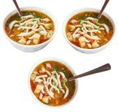 Drei Schüsseln mit laghman Suppe lokalisiert Lizenzfreie Stockfotos