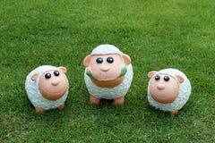 Drei Schafe auf dem Gras Stockfotos
