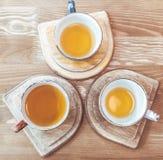 Drei Schalen mit Tee auf dem Stand lizenzfreie stockfotografie