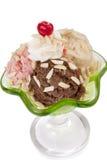 Drei Schaufeln Eiscreme mit Kirsche Stockfoto