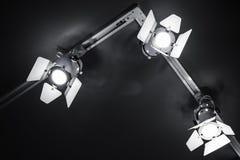 Drei Scheinwerferlichter im Metallkörper über Schwarzem stockbilder