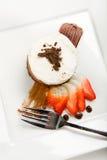 Drei Schicht-Schokoladencreme Kuchen lizenzfreie stockbilder
