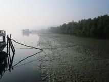 Drei Schiffe bleiben dort neben dem Fluss Lizenzfreie Stockfotografie