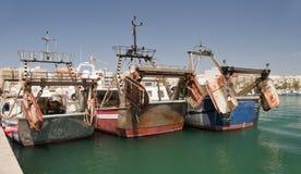 Drei Schleppnetzfischer im Garrucha-Hafen und dem Jachthafen stockbild