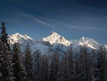 Drei schneebedeckte Spitzen Stockfoto