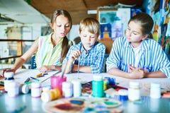 Drei Schulkinder in Art Studio Lizenzfreie Stockfotos