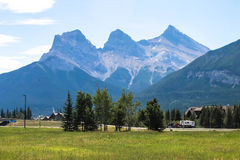 Drei Schwesterberge, Canmore, Alberta, Kanada Lizenzfreies Stockbild