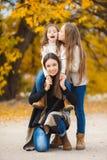 Drei Schwestern auf Weg in Herbst Park Lizenzfreie Stockfotografie